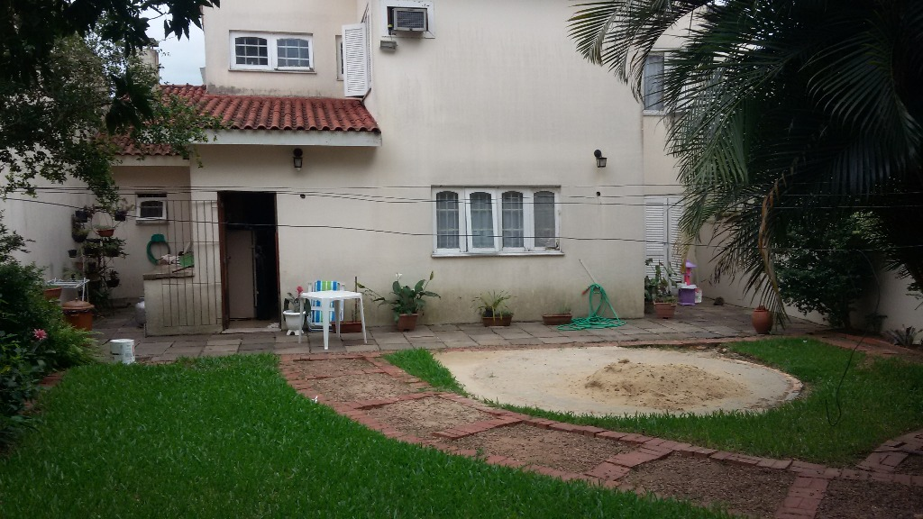 Casa de 3 dormitórios  no bairro Jardim Planalto. Sendo 1 suíte, 1 banheira de hidromassagem, 4 banheiros, living para 2 ambientes, cozinhas, água quente, lareira e 3 vagas de garagem. Pátio com Jardim.